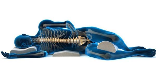 При межпозвоночной грыже необходимо разгрузить поясницу. Для этого ноги должны быть чуть выше всего тела