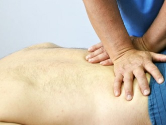 Диагностировать спондилолистез можно с помощью обычного осмотра пациента