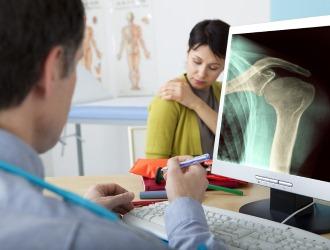 В первую очередь при сколиозе обращаются к врачу-ортопеду, независимо от возраста пациента
