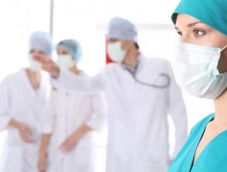 При осложнении искривления позвоночника может понадобится обращение к узкопрофильным врачам, таким как невропатолог и хирург