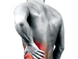 Появление костных наростов в пояснице проявляется острой стреляющей болью