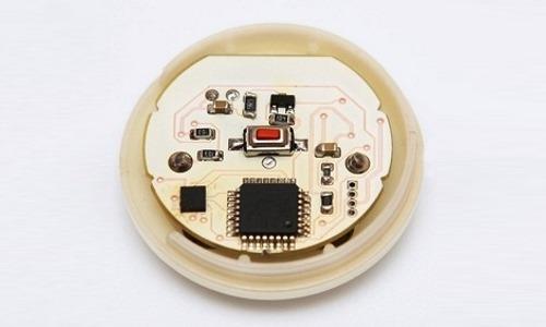 В электронном корректоре присутствует датчик, запоминающий правильное положение тела и сигнализирующий о его нарушении