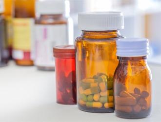 Комплекс медикаментозного лечения болей в грудном отделе позвоночника зависит от причин появления синдрома