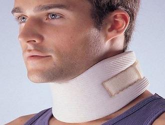 Выпячивание межпозвоночного диска в шее достаточно опасно, поэтому врачи рекомендуют на момент лечения применять специальный бандаж
