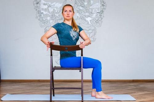 Упражнение Бхарадваджасана необходимо выполнять без резких движений
