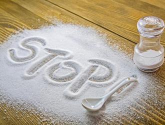 При остеохондрозе необходимо практически полностью отказаться от соли