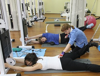 При лечении межпозвоночной грыжи особое внимание уделяется лечебной физкультуре и массажу