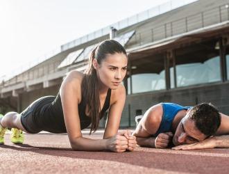 Для профилактики межпозвоночной грыжи нужно вести активный образ жизни и укреплять мышцы спины
