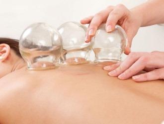Дома при болях в спине можно воспользоваться компрессами и различными массажами