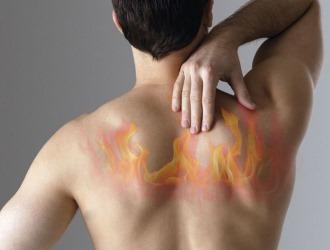 По какой причине появляется жгучая боль в спине?